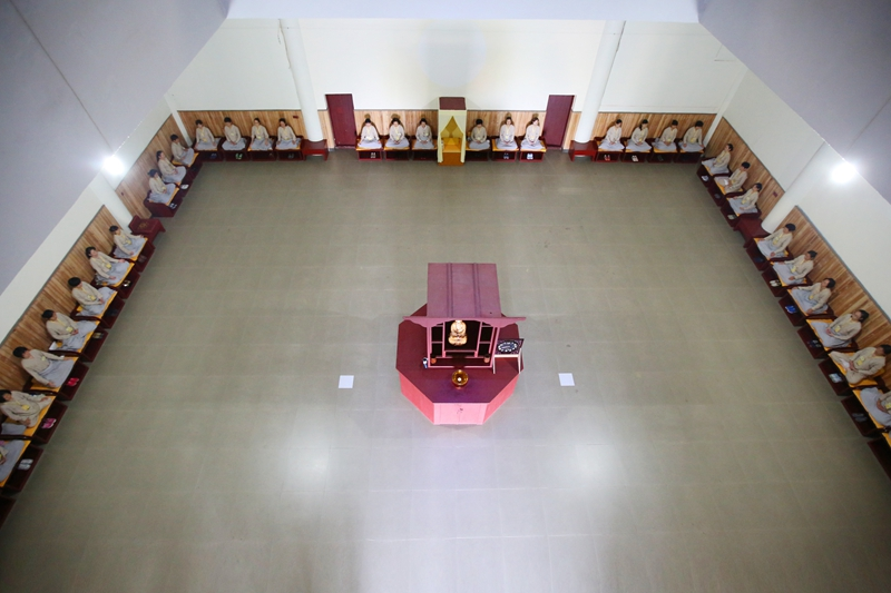 Kegiatan meditasi dalam retret di Vihara Zen Donghua, Guangdong, Tiongkok.